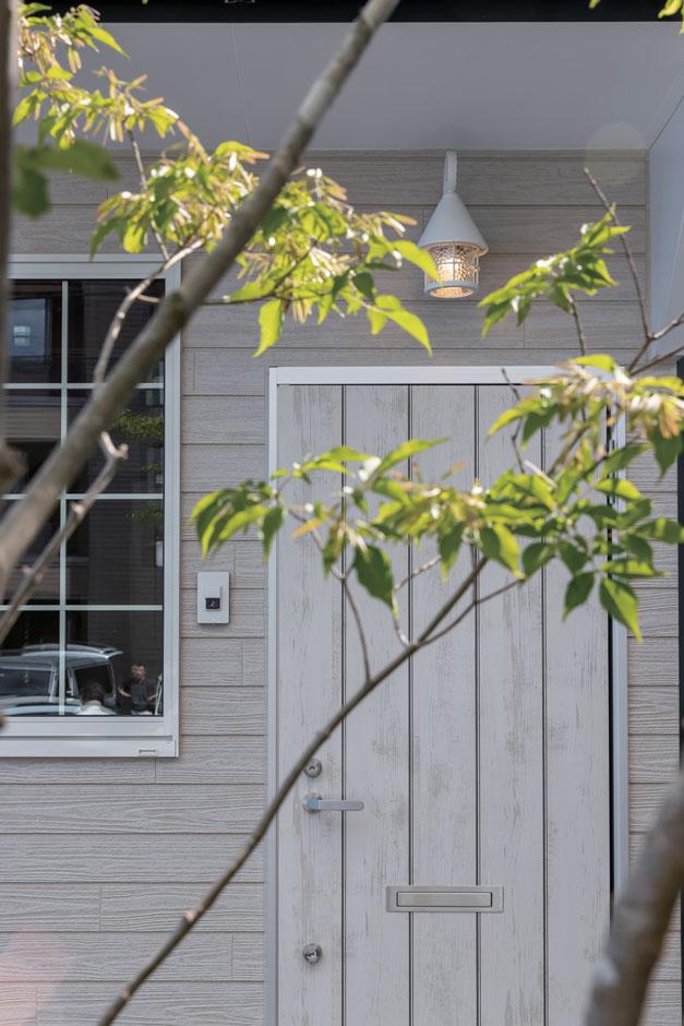 F設計【1000万円台、趣味、狭小住宅】ドアの素材や植栽までとことんこだわった