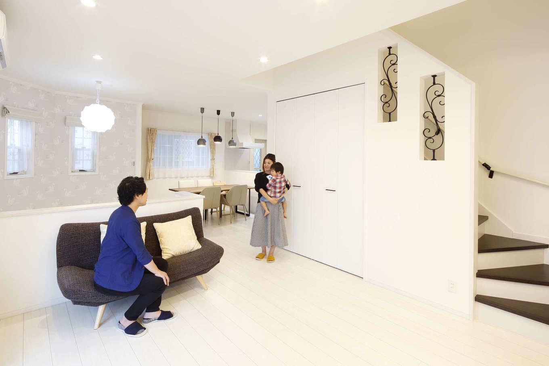 吉川住建【デザイン住宅、子育て、間取り】白で統一された室内は鋳物調の装飾がアクセントに