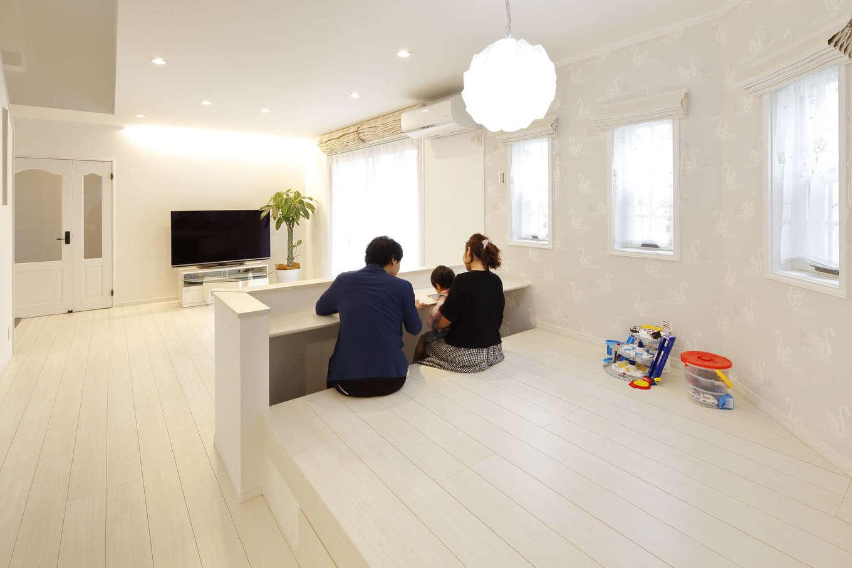吉川住建【デザイン住宅、子育て、間取り】多目的に使用できる小上がりのキッズコーナー。カウンターを造作してスタディスペースに。キッチンからも目が届くので安心♪