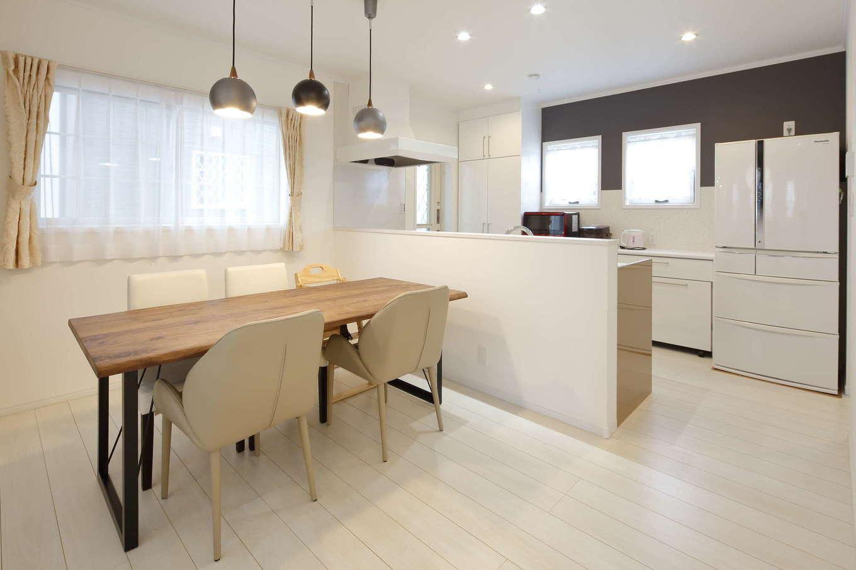 吉川住建【デザイン住宅、子育て、間取り】天井、床、壁に合わせて、キッチンもカップボードもすべて白で統一