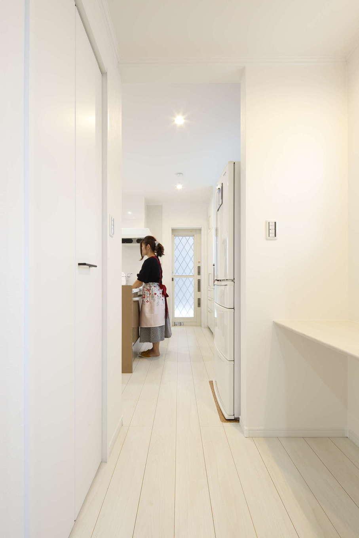 吉川住建【デザイン住宅、子育て、間取り】キッチンのすぐ横に便利なワークスペースを設置。回遊動線で家事時間を短縮できる