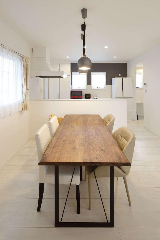 吉川住建【デザイン住宅、子育て、間取り】家族の様子を見渡せる場所にキッチンを配置。ダイニングテーブルの脚はアイアン。3連のペンダントライトにもこだわった