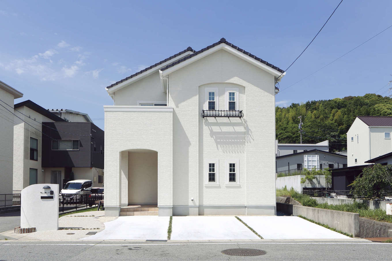 吉川住建【デザイン住宅、子育て、間取り】アーチ形状が柔らかな印象をもたらし、フラワーBOX、格子窓がアクセントになっている洋風外観