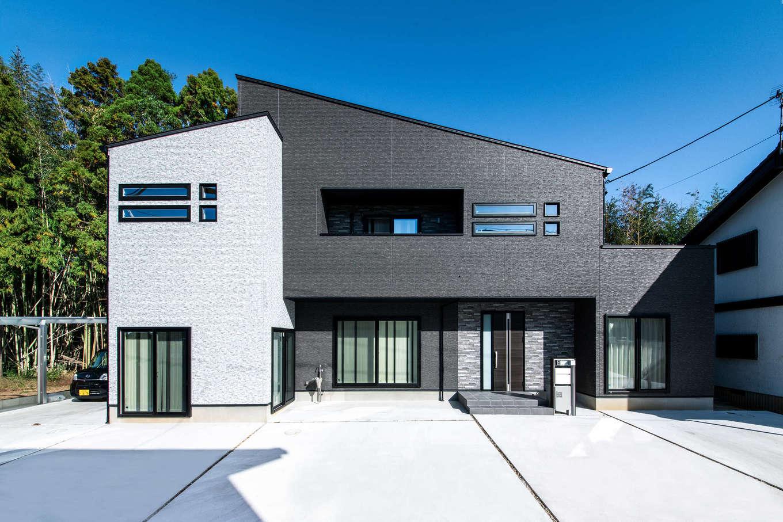吉川住建【子育て、省エネ、ガレージ】黒と白のスタイリッシュな外観デザイン。片流れの屋根に10.96kWのソーラーパネルを搭載