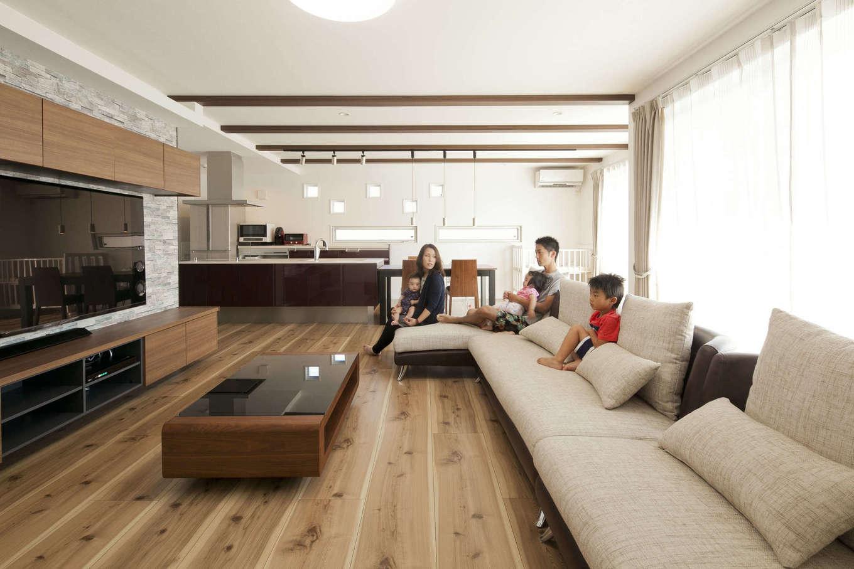 吉川住建【デザイン住宅、子育て、間取り】テクノストラクチャー工法を活かした約30畳の大空間LDK。視界が遠くへ抜けて、開放感あふれる暮らしを満喫できる。家具と照明も『吉川住建』のプロデュース