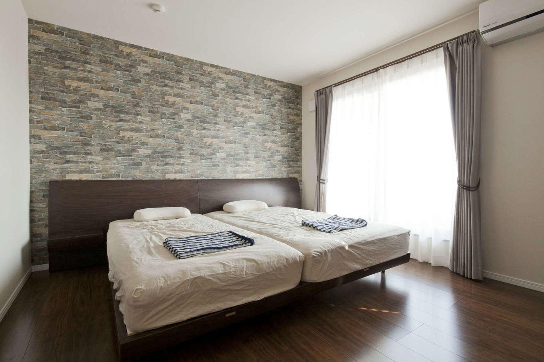 吉川住建【デザイン住宅、子育て、間取り】9.2畳の広い主寝室。壁一面のアクセントクロスに癒やされる。ウォークインクローゼット、バルコニーとも直結