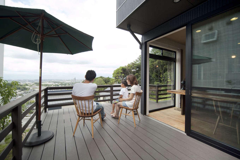 吉川住建【和風、自然素材】LDKの延長線上に作った広いウッドデッキ。絶景を眺めながらリゾートのようにゆったりとくつろげる