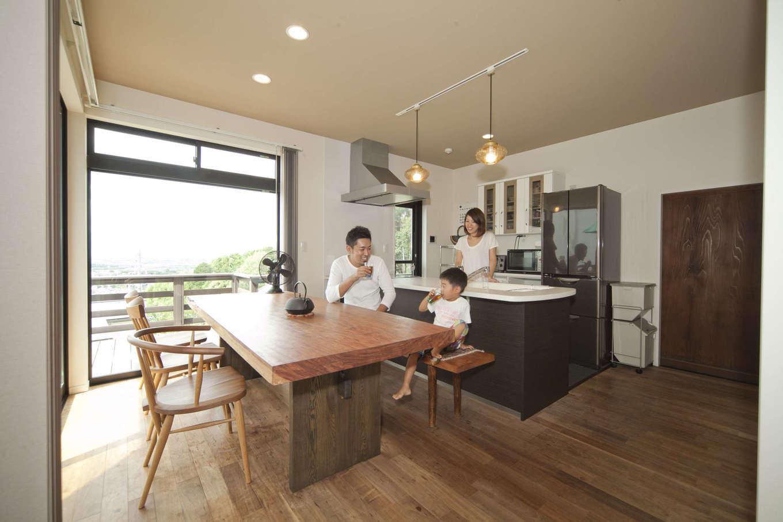 吉川住建【和風、自然素材】ダイニングキッチンの全開口サッシを開けるとウッドデッキへ。外と中の一体感が気持ちいい。一枚板のダイニングテーブルはY邸のシンボル