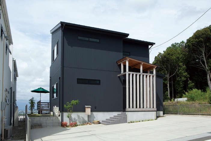 吉川住建【和風、自然素材】ポーチの柱、軒天にはヒノキを採用。年々味わいが出てくる
