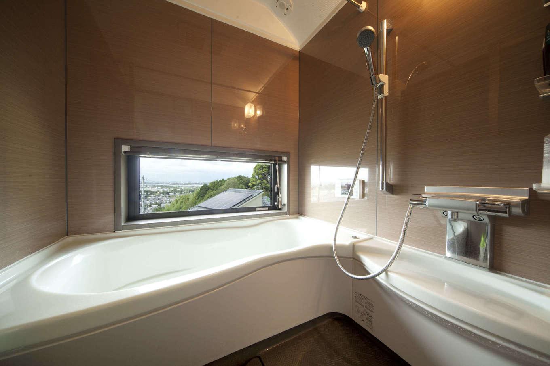 吉川住建【和風、自然素材】浴室の窓からも美しい夜景が見えるように窓を設置