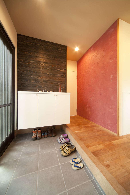 吉川住建【和風、自然素材】玄関ホールの朱色の漆喰は、施主さんが塗って家づくりの思い出に