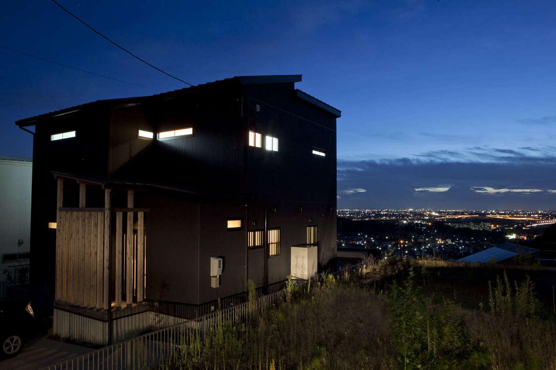 吉川住建【和風、自然素材】古民家をイメージした外観。昼間とはまた違った趣がある