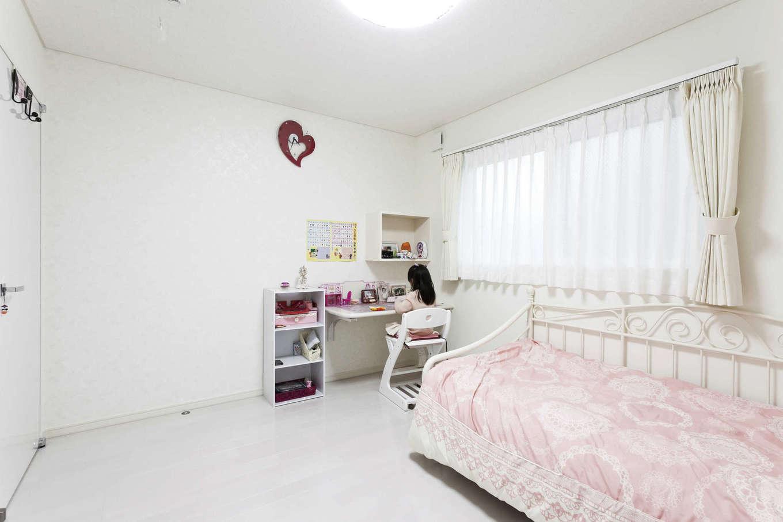 吉川住建【収納力、二世帯住宅、省エネ】お姫様ルームのように可愛いインテリアの2階洋室。机と壁のニッチは造作