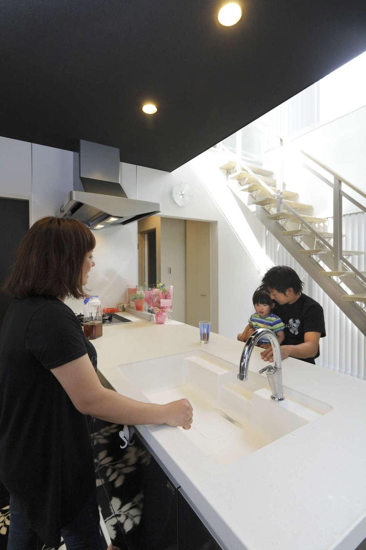 吉川住建【1000万円台、デザイン住宅、建築家】INAXのキッチンはカウンターを低めにして、正面にアルミ階段や中庭が見える眺めがいい