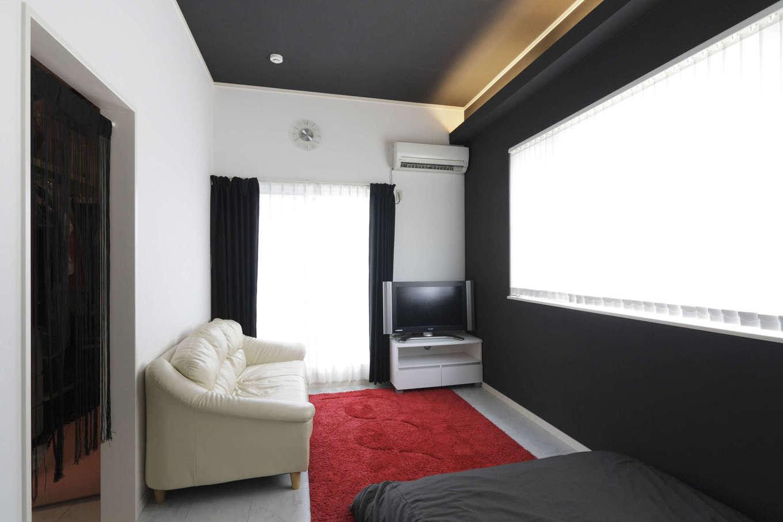 吉川住建【1000万円台、デザイン住宅、建築家】ワイドスパンの大きな窓と天井高3mの大空間で、広々とした開放感を感じられる主寝室。家具のセレクトもおしゃれ