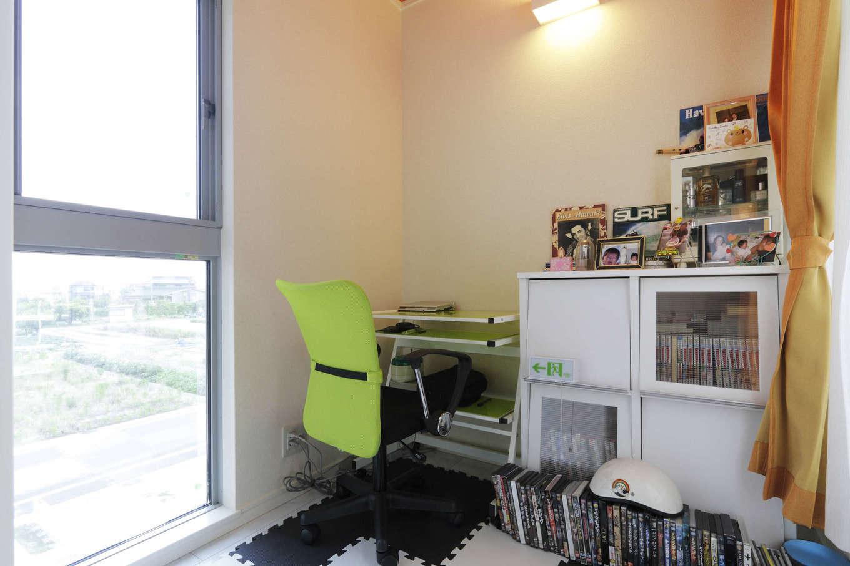 吉川住建【1000万円台、デザイン住宅、建築家】主寝室から続く書斎。南に面した窓が大きく、北側もバルコニーと隣接して明るい