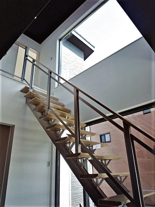 吉川住建【1000万円台、デザイン住宅、建築家】ストリップ階段越しに設けた大型の窓は、キッチンからも外の景色が見えて、明るい光が室内に降り注ぐ