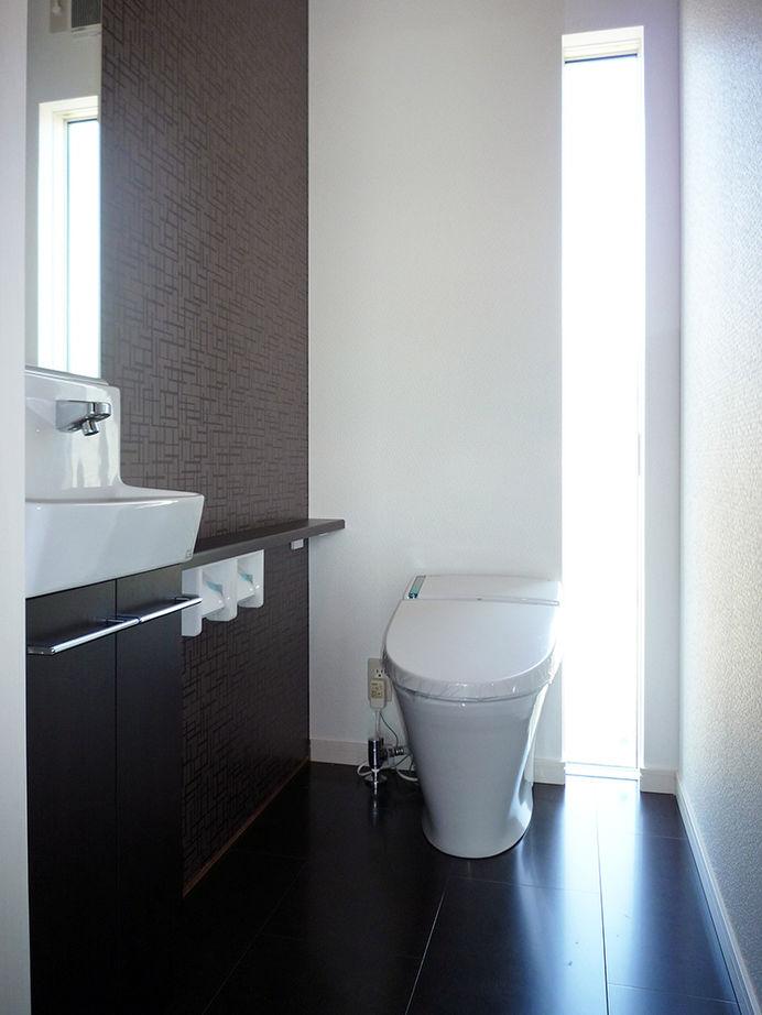 吉川住建【1000万円台、デザイン住宅、建築家】アクセント窓を採用したトイレ。やわらかな外光が注ぎ込んで明るく、またタンクレストイレで空間もすっきりとしている