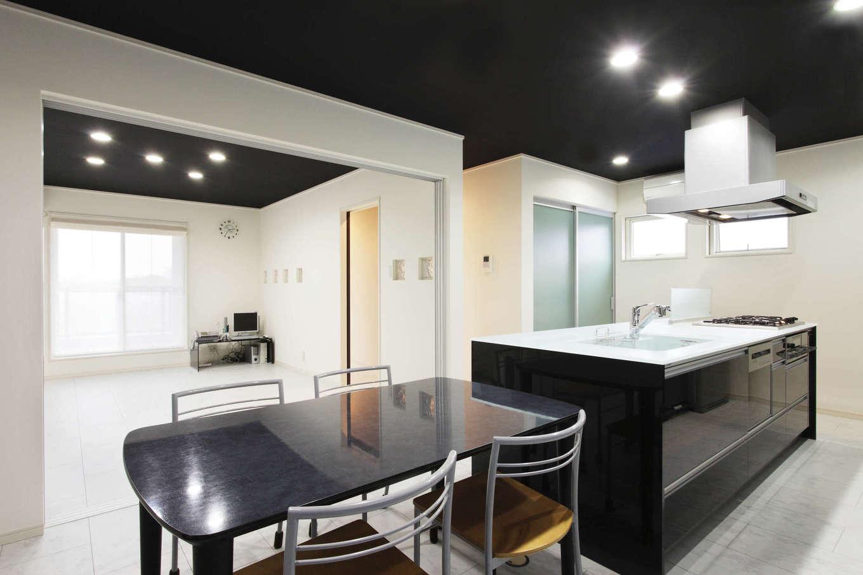吉川住建【デザイン住宅、二世帯住宅、建築家】奥さまが子どもたちと一緒に料理やスイーツ作りを楽しめるように、天板が大きめのアイランドキッチンを採用。ダイニングテーブルが横並びで、家事時間を短縮できる