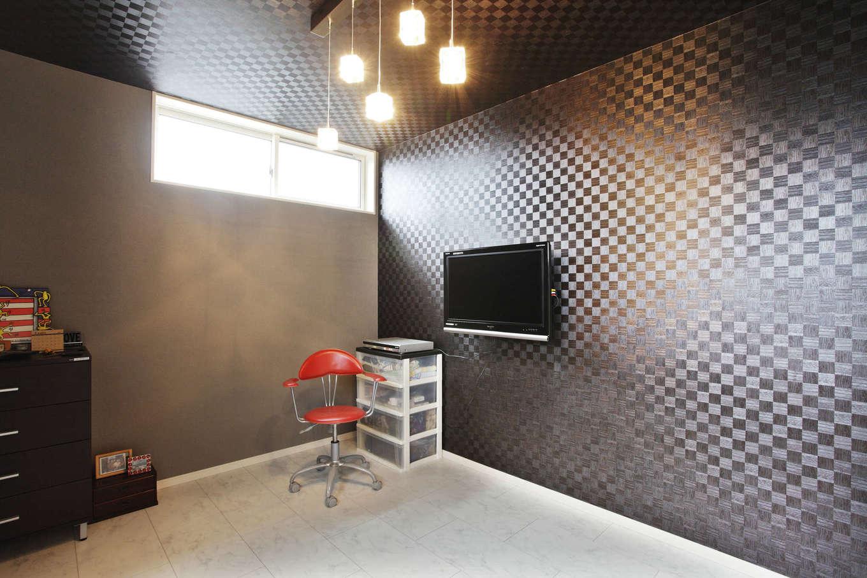 吉川住建【デザイン住宅、二世帯住宅、建築家】市松模様が大好きな夫婦。寝室の天井や壁にも黒をベースとした市松模様のクロスを使用。好きなインテリアに囲まれたプライベート空間を実現した