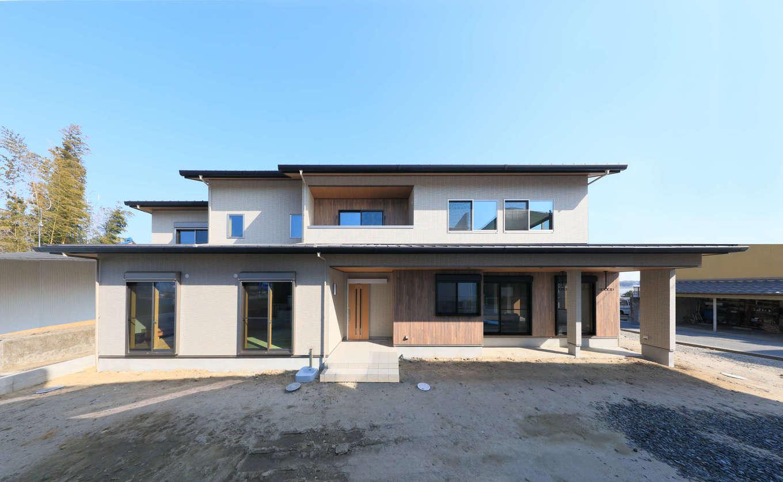 吉川住建【和風、二世帯住宅、自然素材】およそ19mのワイドスパンでゆったりとした佇まいをみせる外観。玄関も水回りもすべて別々の完全分離型二世帯住宅。タイルとサイディングで構成された外壁はメンテナンス負担も少ない