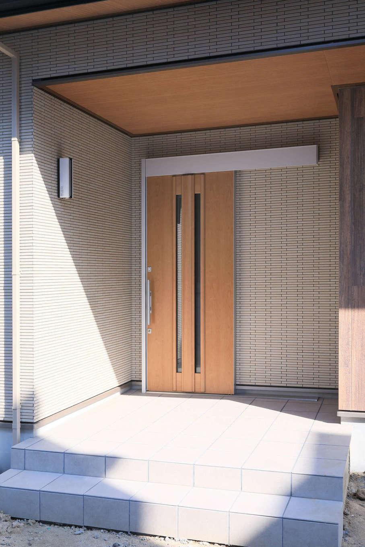 吉川住建【和風、二世帯住宅、自然素材】親世帯の玄関。軒天に無垢材を使い、あたたかみを出した