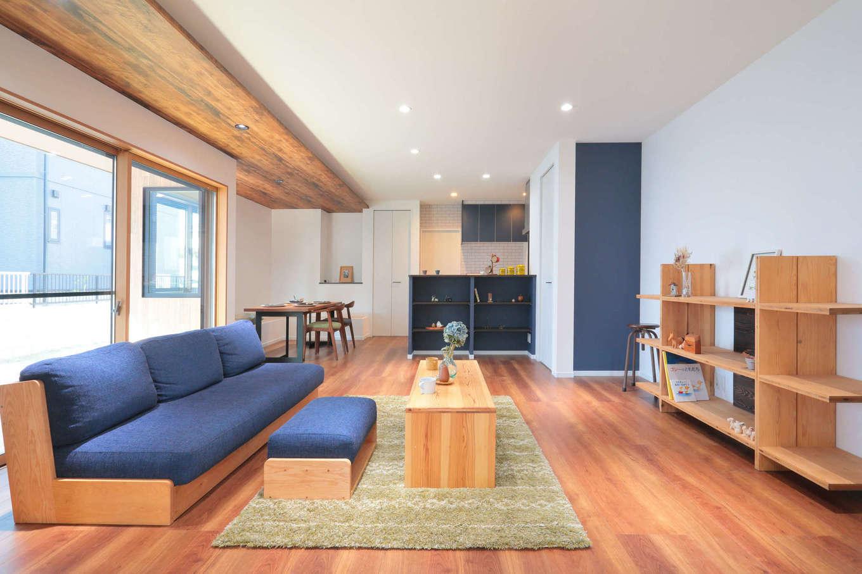 吉川住建【和風、二世帯住宅、自然素材】子世帯のLDKは約23畳の大空間。要所要所にブルーを取り入れた。大開口を開けるとウッドデッキと直結