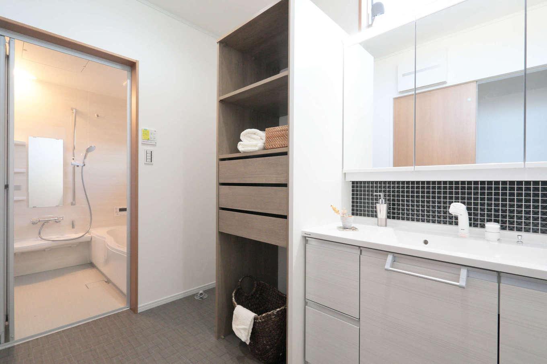 吉川住建【和風、二世帯住宅、自然素材】ゆったりとした子世帯の洗面脱衣室。収納スペースも充実