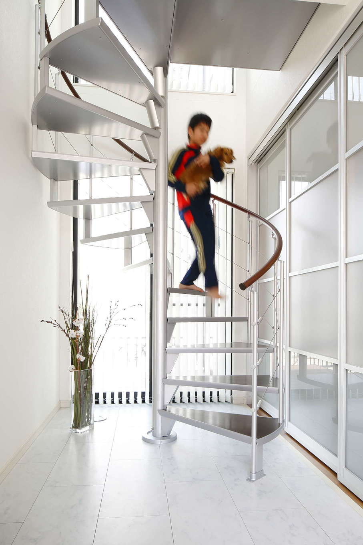 吉川住建【デザイン住宅、間取り、ペット】らせん階段の奥には、1階、2階ともに大きな窓を設けているため、ひと際明るい