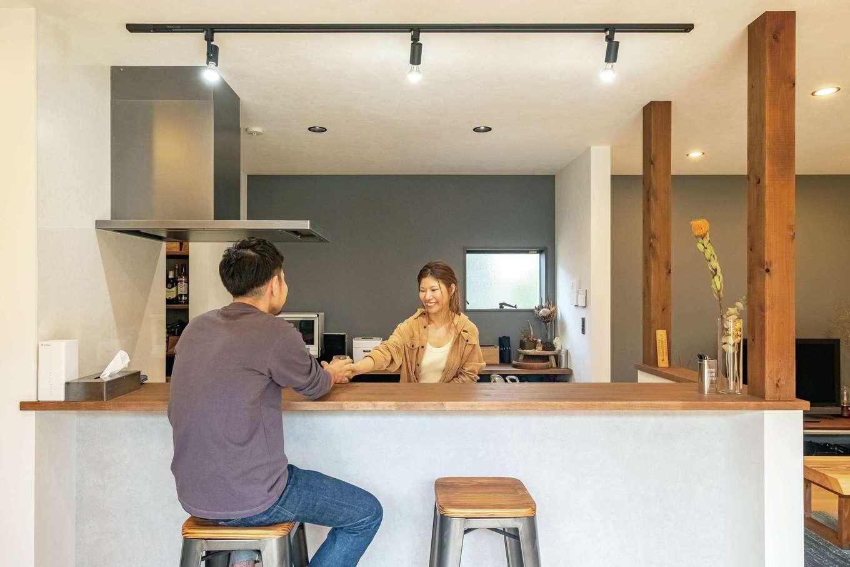 エムデカーサ/WOODBOX富士【デザイン住宅、自然素材、間取り】カウンターの高さは提案を聞いて正解! メリハリをつけた予算配分で、キッチンのキャビネット内にもステンレス製を採用できた