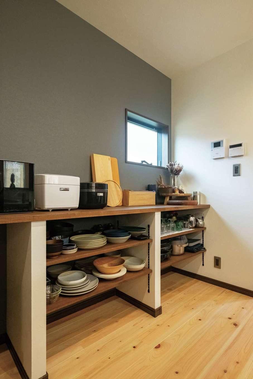エムデカーサ/WOODBOX富士【デザイン住宅、自然素材、間取り】造作の食器棚が雰囲気にマッチする。左手パントリーの棚はDIYで仕上げた