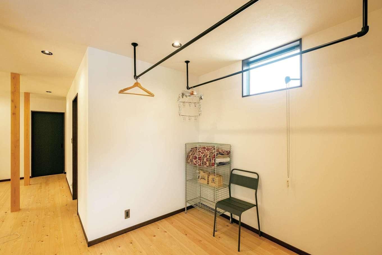 エムデカーサ/WOODBOX富士【デザイン住宅、自然素材、間取り】希望する暮らし方から、浴室と洗面脱衣室は2階に配置。すぐ隣に用意したランドリーコーナーが家事の効率を高める。近いうちにDIYでアイロン掛け用のカウンターを取り付ける予定だそう