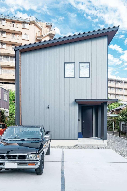 エムデカーサ/WOODBOX富士【デザイン住宅、自然素材、間取り】外壁はデザイン性とメンテナンスの手間を考慮し、ガルバリウム鋼板に。通りから見える南&西面は雨どいやエアコンの配管を隠してすっきり