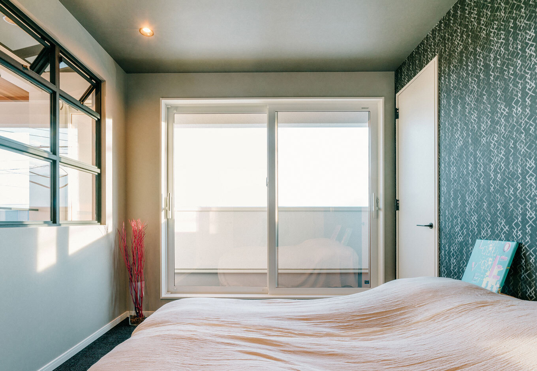 タカラホーム【甲斐市・モデルハウス】光も風も通す室内窓のある部屋。寝室としても趣味のお部屋としても。プライベートな場所はコンパクトでもおしゃれで快適な空間に