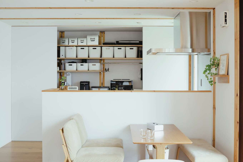 無印良品の家 浜松店(インフィルプラス)【デザイン住宅、自然素材、インテリア】『無印良品の家』の施工例写真を気に入り、扉付きキッチン収納を選んだ。「無印良品」の収納家具とケースを使い、造作棚や冷蔵庫の位置まで相談しながら設計した