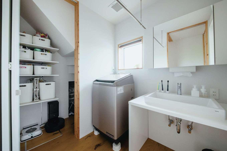 無印良品の家 浜松店(インフィルプラス)【デザイン住宅、自然素材、インテリア】オリジナル洗面台の奥には、階段下を活用した収納スペースを設計