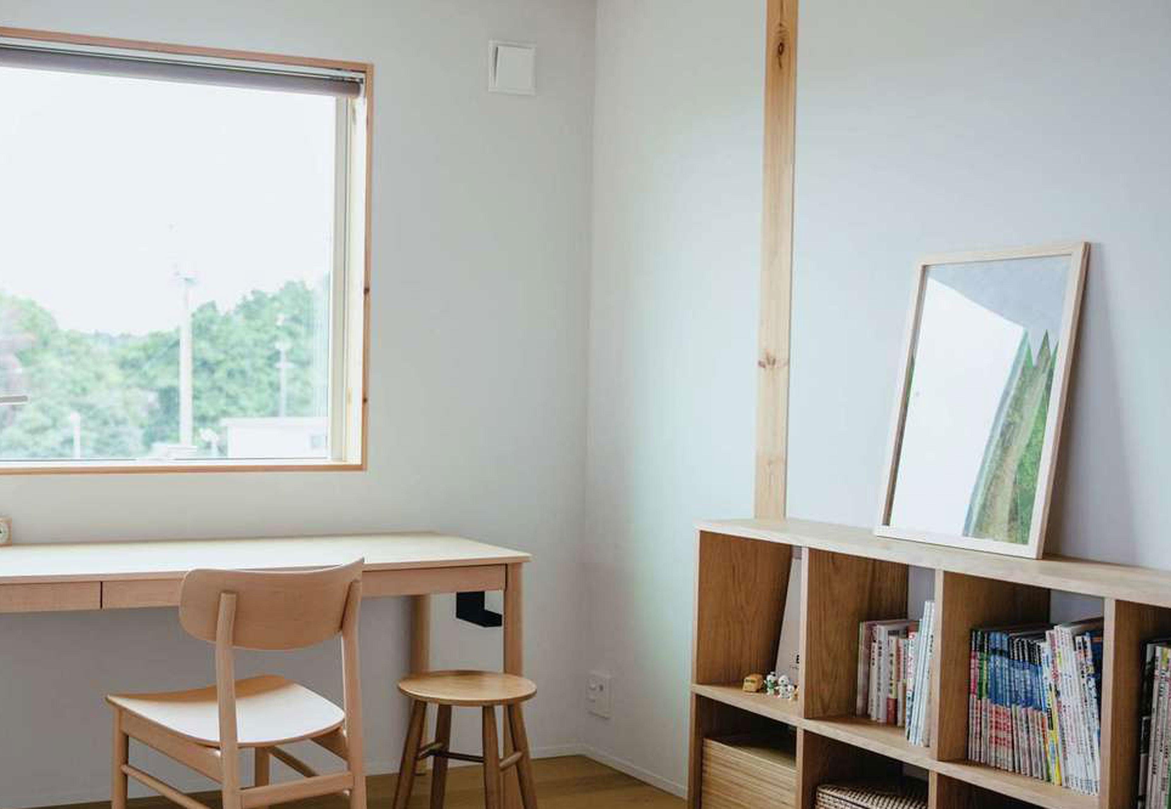 無印良品の家 浜松店(インフィルプラス)【デザイン住宅、自然素材、インテリア】2階フリースペースには茶畑の景を切り取るピクチャーウィンドウを