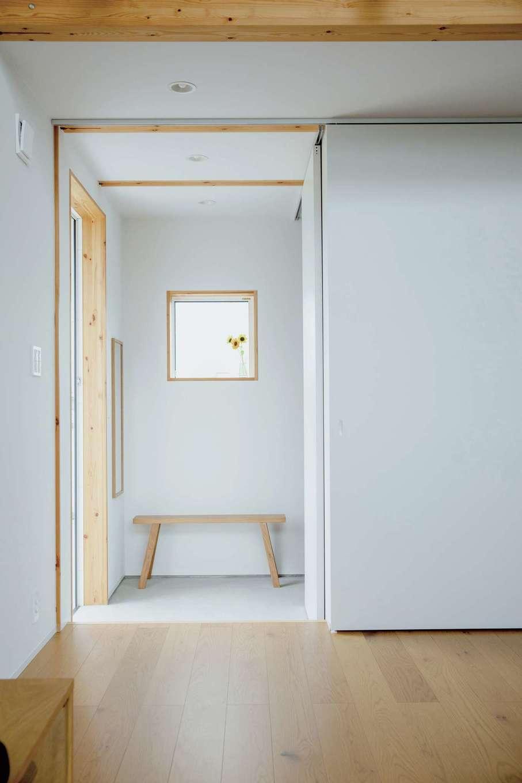 無印良品の家 浜松店(インフィルプラス)【デザイン住宅、自然素材、インテリア】玄関からLDKにつながる無駄のない間取り。大容量の土間収納にキャンプ道具などを収納している