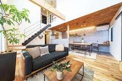 木とアイアンの素材感を楽しむカフェスタイルのモダンな家