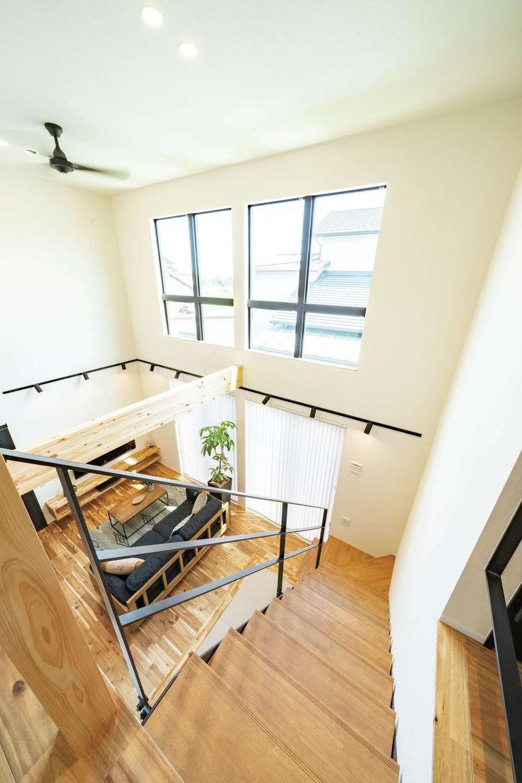 住家 ~JYU-KA~【デザイン住宅、ペット、建築家】カッコいい吹抜けのリビングは、『住家』のスタッフも仕上がりを見て驚いたほど。建築家の森下氏が日照シミュレーションを行い、窓の大きさと位置を決めた