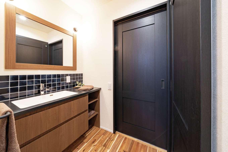 住家 ~JYU-KA~【デザイン住宅、ペット、建築家】洗面室と脱衣室を分けたことで、誰かが入浴中でも歯磨きや洗面ができる。ワイドな鏡もこだわり