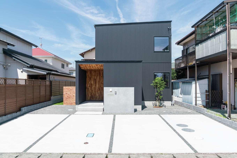 住家 ~JYU-KA~【デザイン住宅、ペット、建築家】スタイリッシュなキューブ型の外観デザイン。ブラックのガルバリウム鋼板にポーチの無垢チーク材が程よく調和している。シンボルツリーのシマトネリコは玄関からも見える