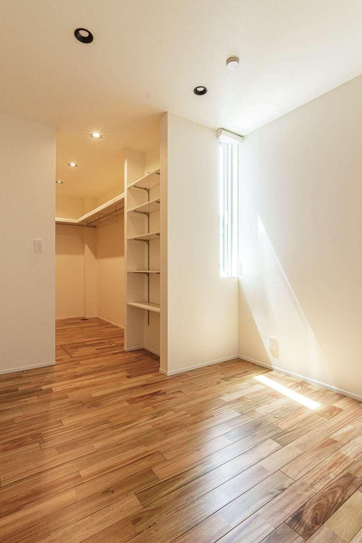 R+house静岡葵・静岡駿河(住宅工房コイズミ)【デザイン住宅、子育て、建築家】寝室も、入り口やウォークインクローゼットの仕切り戸をなくして、開放的な空間に