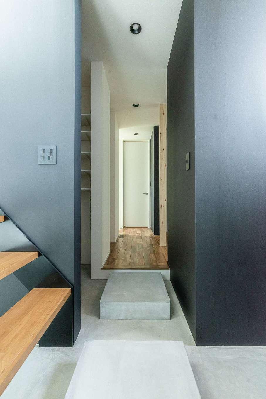 R+house静岡葵・静岡駿河(住宅工房コイズミ)【デザイン住宅、子育て、建築家】いわゆる玄関ホールはなし。モルタルの飛び石を設けて階段とシューズクローク、1階フロアをつなぐ動線にした