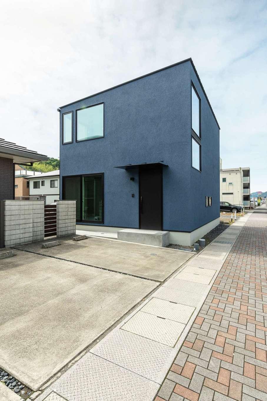 R+house静岡葵・静岡駿河(住宅工房コイズミ)【デザイン住宅、子育て、建築家】ご主人こだわりのネイビーの外壁。大きな窓で明るさも確保