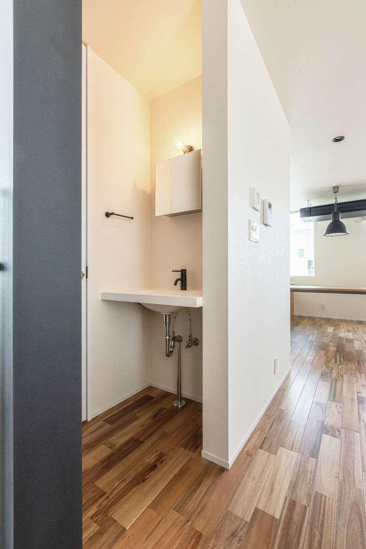 R+house静岡葵・静岡駿河(住宅工房コイズミ)【デザイン住宅、子育て、建築家】リビングの一角に手洗い洗面を。扉はないが必要な壁をうまく目隠しにしている