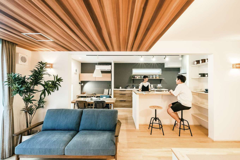 静鉄ホームズ【デザイン住宅、二世帯住宅、間取り】同じ空間で家族がそれぞれに過ごせるLDK。子育てが始まってからを考えた、隅々まで視線が届くオープンキッチンは奥さまの希望で実現。会話もしやすく、見守れて安心