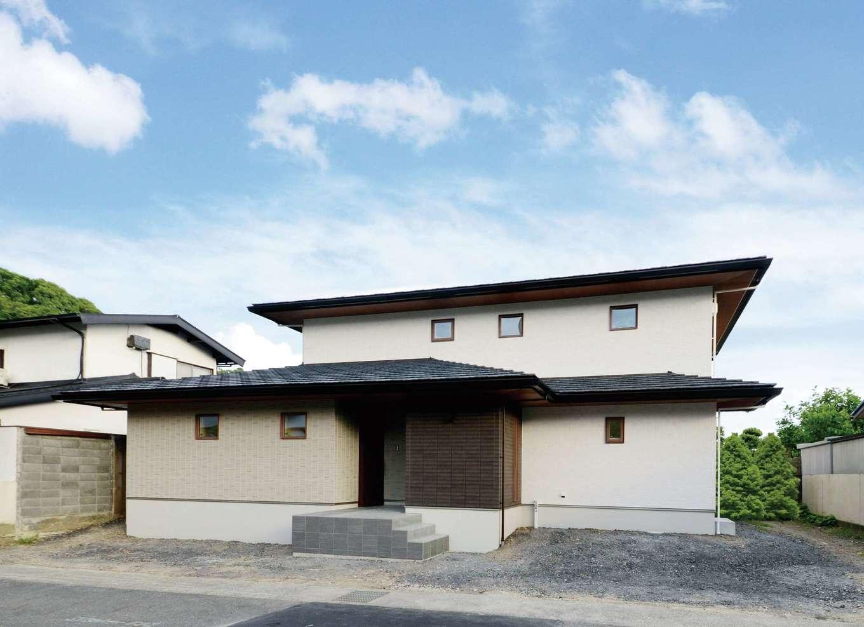 静鉄ホームズ【デザイン住宅、二世帯住宅、間取り】それぞれの玄関を向かい合わせに配置し、土間で二世帯を結ぶ。気軽に往き来しながらも、お互いの生活ペースを守りたいという家族の意見を尊重した間取りに