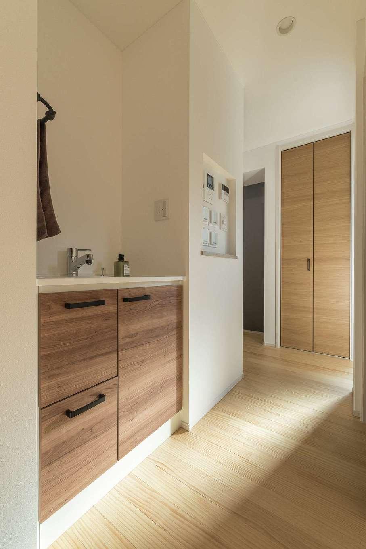 静鉄ホームズ【デザイン住宅、二世帯住宅、間取り】帰ってきたらすぐに手洗いができるよう1階の洗面台はリビング手前の廊下へ