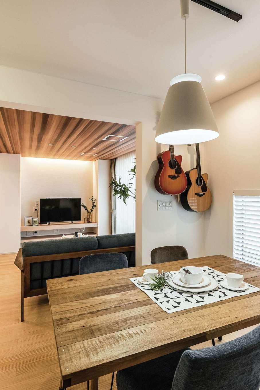 静鉄ホームズ【デザイン住宅、二世帯住宅、間取り】ダイニングの壁には専用のフックを取り付け、ご夫婦共通の趣味のギターをインテリアに